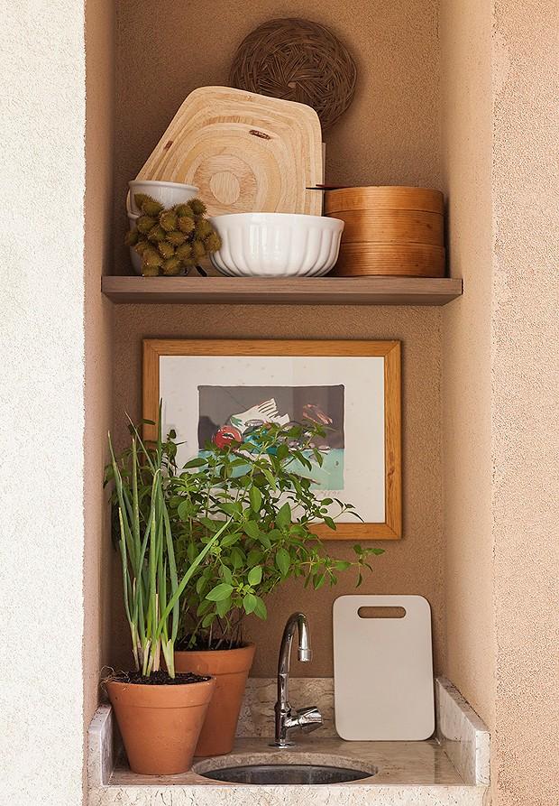 Na pia, as prateleiras DC Móveis deixam o espaço mais prático na hora de fazer um churrasco, por exemplo!  (Foto: Divulgação)