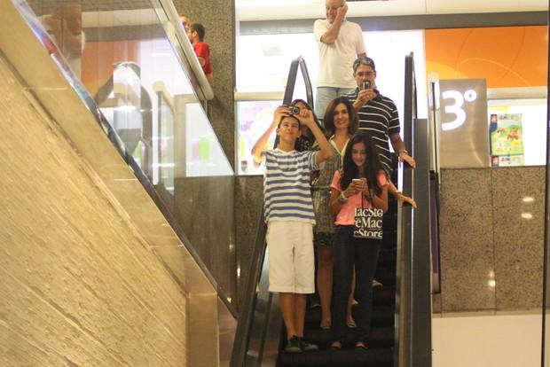 William Bonner e Fátima Bernardes com os trigêmeos, Laura, Beatriz e Vinícius em shopping no Rio (Foto: Derick Abreu/ Foto Rio News)