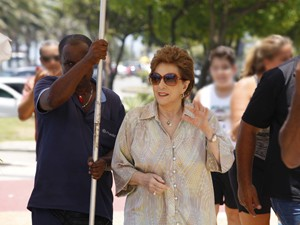 Suzana Faini acena para os fãs (Foto: Salve Jorge/TV Globo)