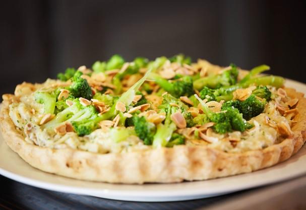 Saia do tradicional e aposte no quiche de bacalhau com brócolis
