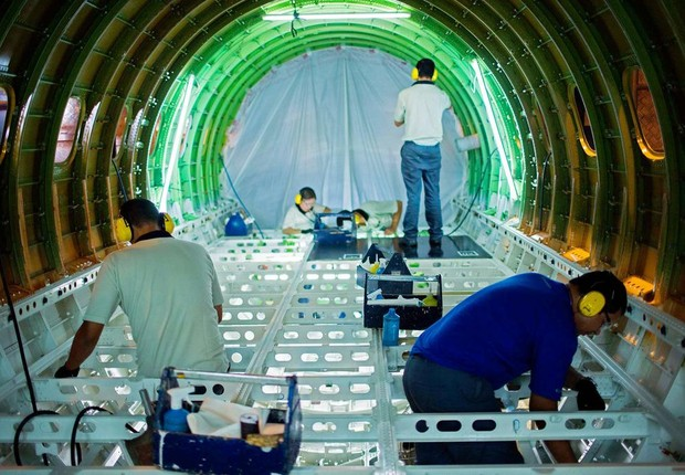 Funcionários da Embraer montam jato da série E, um dos mais vendidos da empresa de aviação (Foto: Roosevelt Cassio/Reuters)