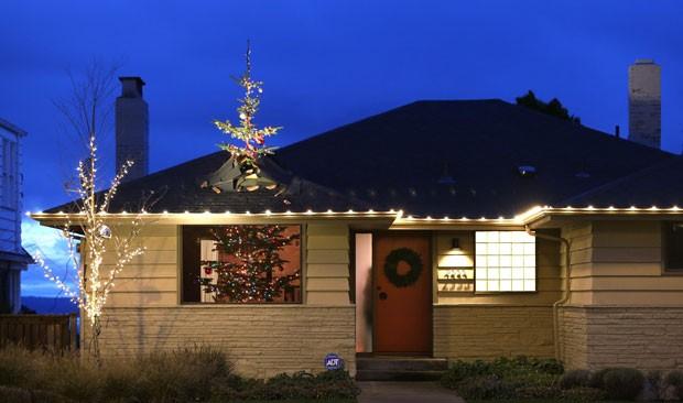 Árvore de Natal de 4,3 metros parece atravessar o telhado de casa (Foto: Elaine Thompson/AP)