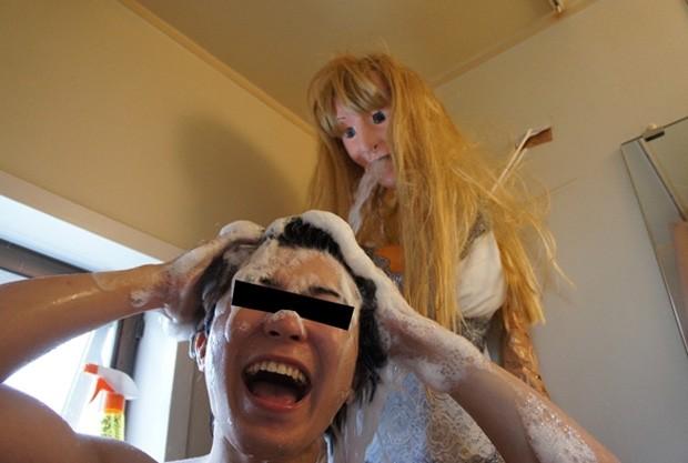 Galeria de fotos que documenta atitude completamente bizarra feita no banheiro foi acessada mais de 1 milhão de vezes (Foto: Reprodução/Imgur/tyblazitar)