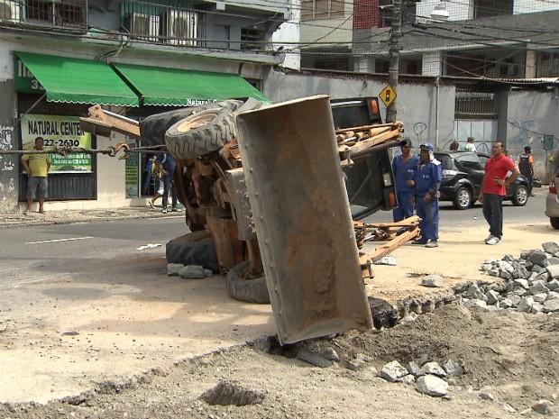 Duas pessoas ficaram feridas aós trator tombar no centro de Salvador (Foto: Reprodução/TV Bahia)