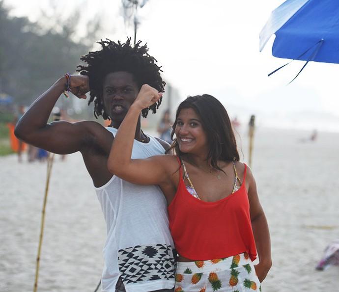 Maicon Rodrigues e Giulia Costa brincam no intervalo das gravações (Foto: Pedro Carrilho/Gshow)