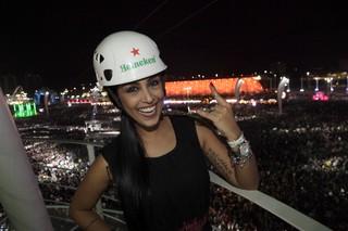 Amanda Djehdian na tirolesa do Rock in Rio (Foto: Isac Luz / EGO)