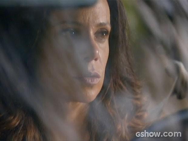 Juliana tem uma ideia louca ao ver Iolanda (Foto: Em Família/TV Globo)