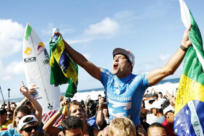 Adriano de Souza é carregado pela torcida após se tornar Campeão Mundial de Surfe em 2015 (Foto: Divulgação)