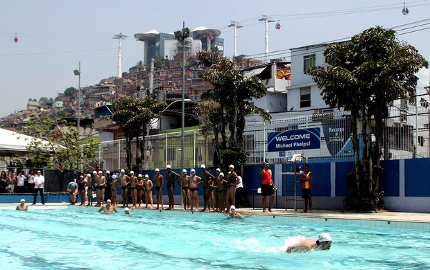Michael Phelps na piscina do Complexo do Alemão (Foto: Reuters)