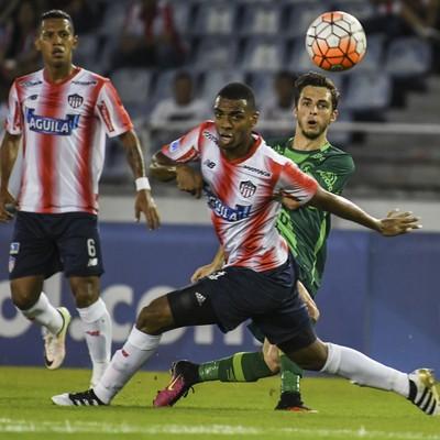 Hyoran e Vélez Junior Barranquilla x Chapecoense (Foto: Luis Acosta/AFP)