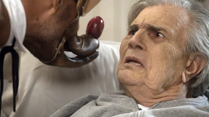Fausto se assusta com a presença do capanga (Foto: TV Globo)