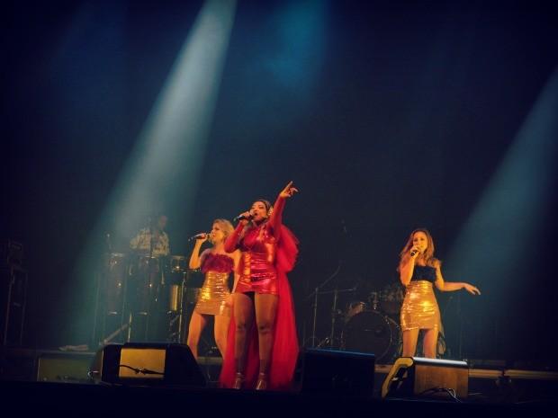 Gaby Amarantos fez todos dançarem (Foto: Mônica Dias/G1)