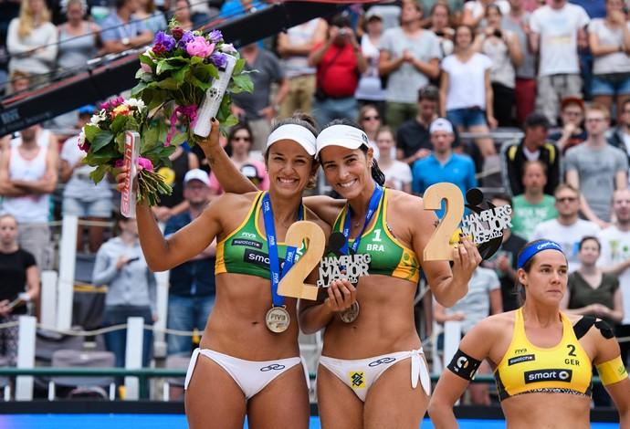 Bárbara Seixas (esq) e Ágatha atuarão no dia 6 de agosto (Foto: Divulgação/FIVB)