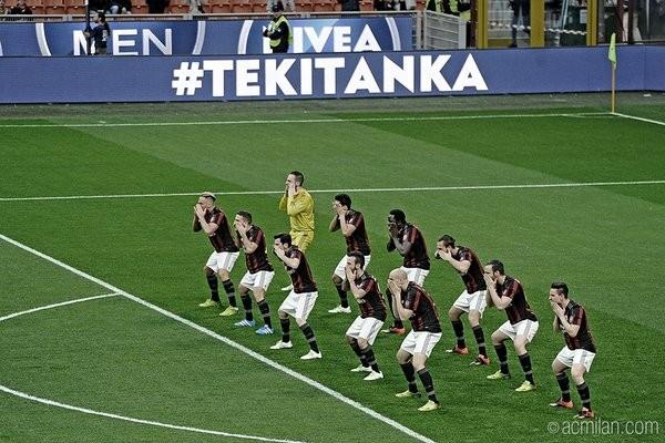 Atores uniformizados Milan dançam haka (Foto: Reprodução Twitter)