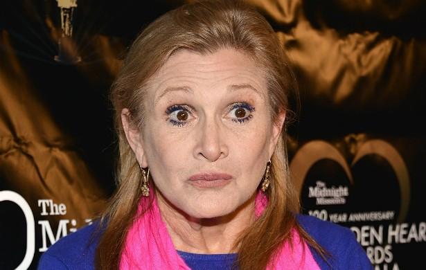 """A estrela da saga 'Star Wars' Carrie Fisher foi perseguida pelo espírito de um amigo. A atriz e escritora diz que o fantasma acendia e apagava as luzes da mansão dela, além de fazer disparar, no meio da noite, um brinquedo que gritava """"Vai se f****! Coma m****! Você é um c****!"""". Carrie recorreu a um exorcista e tudo voltou a ser como antes. (Foto: Getty Images)"""