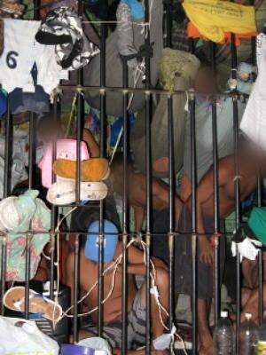 37 presos estão distribuídos nas duas celas da Delegacia de Iranduba (Foto: Divulgação/Sinpol-AM)