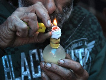 Usuários de crack constroem barracas às margens do Pinheirinho (Foto: Carlos Santos/G1)