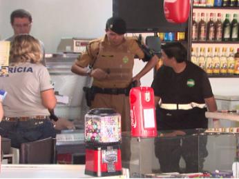 Donos do bar reagiram e atiraram contra o casal que tentava assaltar o bar em Cascavel (Foto: Reprodução RPC TV)