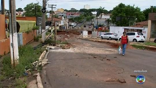 Moradores 'ganham' escolta em condomínio por risco de ponte cair