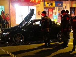 Veículo foi depredado por populares após atropelamento de gari (Foto: Waldson Costa/G1)
