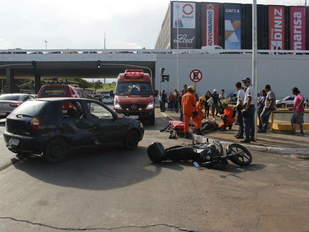 Batida ente carro e mooto na plataforma inferior da Rodoviária do Plano Piloto (Foto: Corpo de Bombeiros/Divulgação)