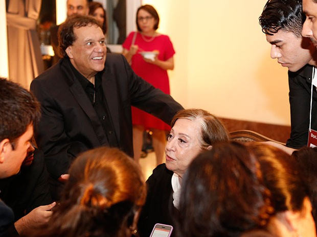 Dennis Carvalho e Fernanda Montenegro, cercados por jornalistas  (Foto: Ellen Soares / Gshow)