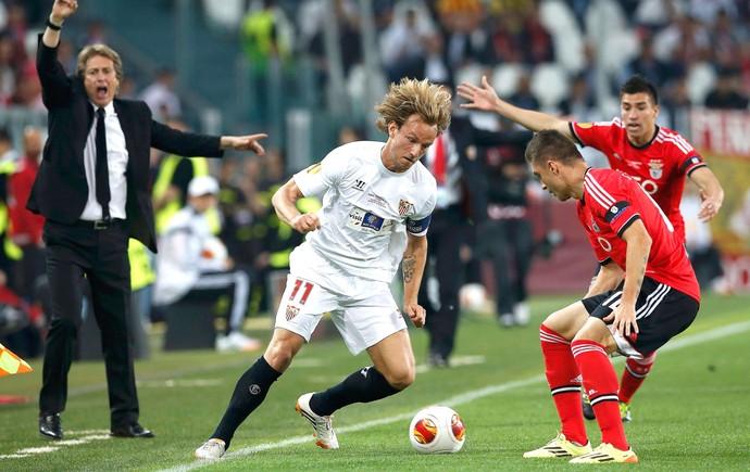 Guihlerme Siqueira e  Rakitic Sevilla e Benfica (Foto: Agência Reuters)