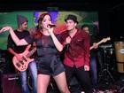 Com look transparente, Anitta canta com Thiago Martins em show no Rio
