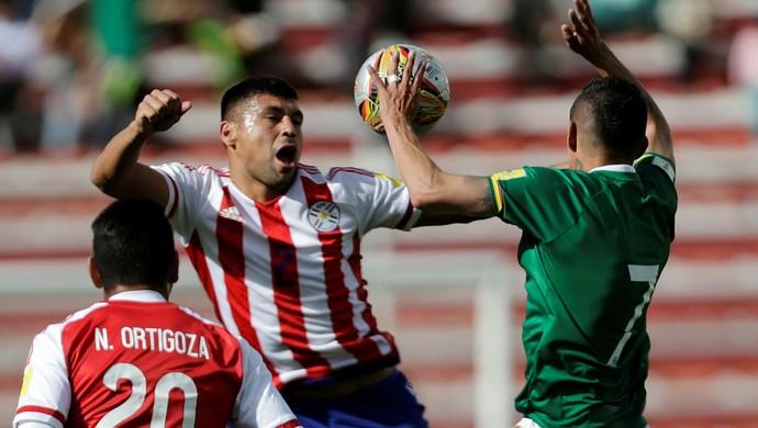 Juan Arce e Nestor Ortigoza Bolívia x Paraguai (Foto: Reuters)