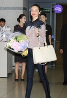 Look do dia: Miranda Kerr usa visual estiloso em aeroporto de Seul