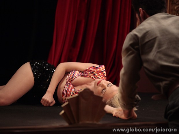 Aurora desmaia enquanto ensaia e deixa Davi preocupado (Foto: Pedro Curi)