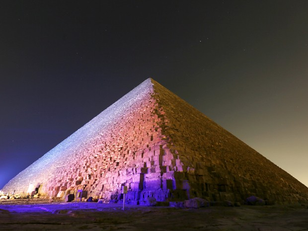 A pirâmide de Quéops, a maior das Grandes Pirâmides de Gizé, na segunda (9) (Foto: Reuters/Mohamed Abd El Ghany)