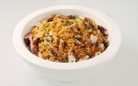 Salada de lentilha rosa com polvo e coco fresco
