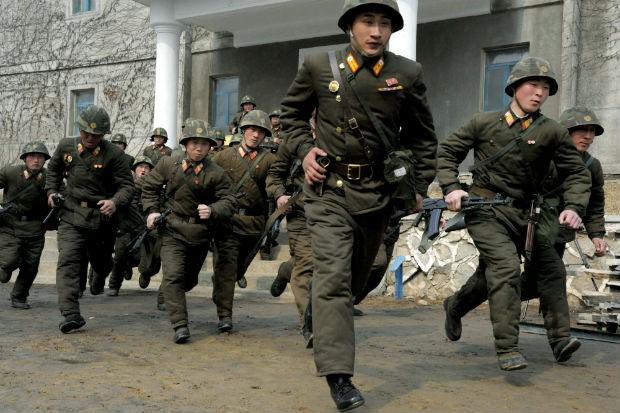 Soldados norte-coreanos fazem exercício em Pyongyang (Foto: Kim Kwang Hyon/AP)