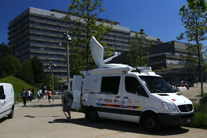 Caminhão de satélite já está em frente a hospital suíço onde Michael Schumacher deu entrada nesta segunda-feira (Foto: Reuters)