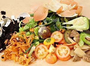Resíduos orgânicos úmidos  Restos de comida  Caroço e cascas de frutas  Folhas de árvores e plantas recém-caídas  Saquinhos de chá usados  Borra de café (Foto: Casa e Jardim)