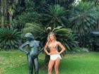 Grazi Massafera mostra corpão em brincadeira ao lado de estátua