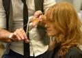Laila corta cabelo nos bastidores do Encontro (Foto: Raphael Dias/ TV Globo)
