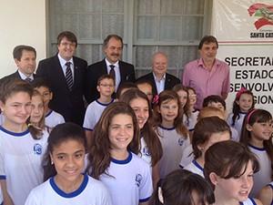 O ministro da educação visitou a escola Altamiro Guimarães, em SC (Foto: João Salgado/RBS TV)