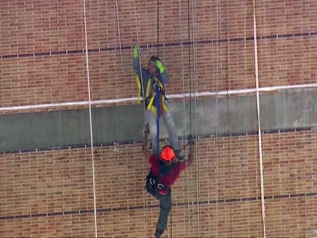 Bombeiro conseguiu amarrar o operário para fazer o resgate (Foto: GloboNews/Reprodução)