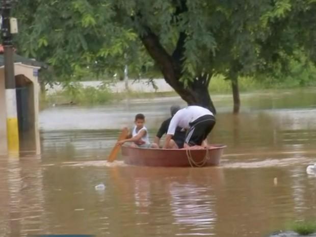 Moradores usam barcos para saírem de casas em Sorocaba (Foto: Reprodução/TV TEM)