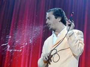 Mike Patton em show na Alemanha em 2009 (Foto: Nigel Treblin/AFP)