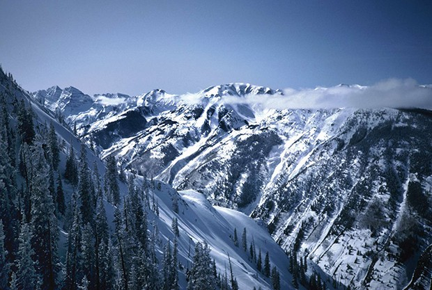 Photo of snow capped mountains in Aspen Colorado during wintertime.  Maroon Bells can be seen on the left in the background. (Foto: Getty Images/iStockphoto)