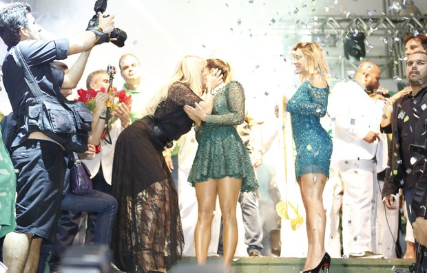Claudia Leitte é coroada rainha de bateria da Mocidade Independente (Foto: Marcos Serra Lima/EGO)