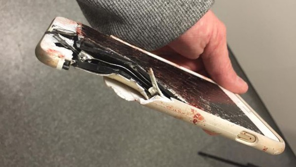 O aparelho celular foi atingido por uma porca de parafuso no momento do atentado terrosista (Foto: Reprodução / Facebook)