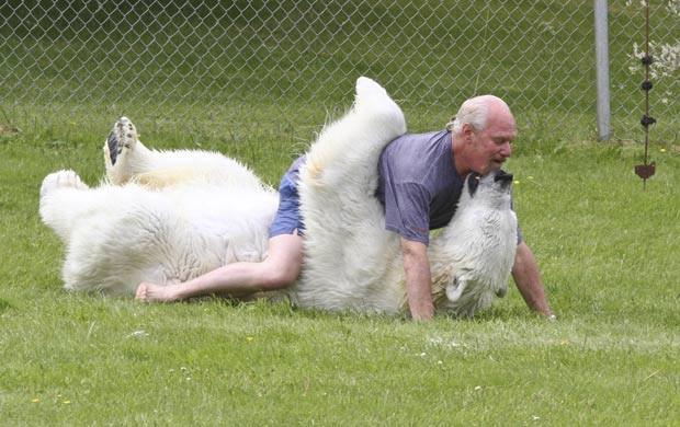 Dumas chega a abraçar carinhosamente o animal de quase 400 quilos. (Foto: Laurentiu Garofeanu/Barcroft USA/Getty Images)