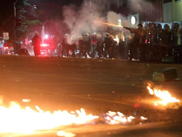 Polícia de choque dispara bombas para dispersar os manifestantes na Consolação. (Foto:  Tiago Queiroz/Estadão Conteúdo)