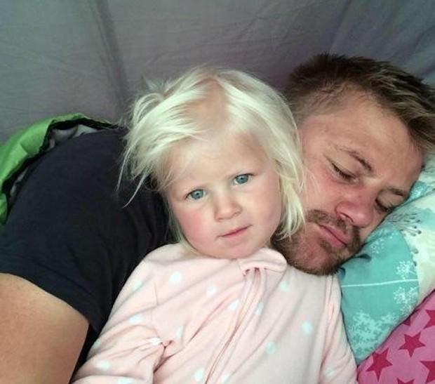 Rudy Bruynius e sua filha, Mckayla, morreram ao ser arrastados por onda (Foto: Reprodução/Twitter/DevonCornwall Police)