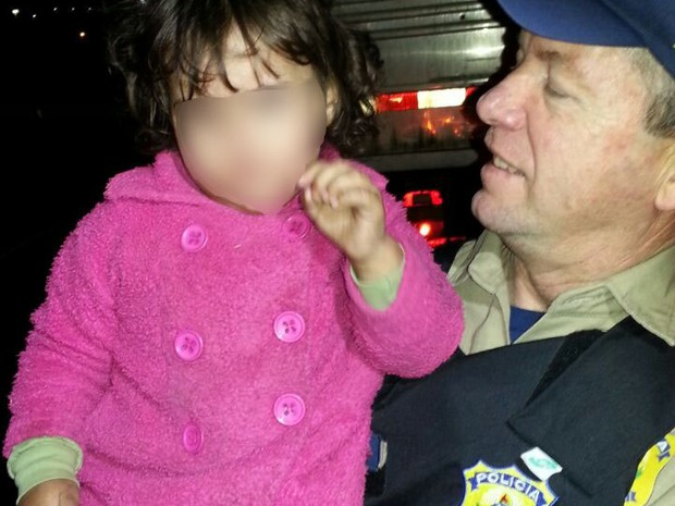 Menina foi encontrada sozinha em rodovia e levada para posto da PRF em Tubarão (Foto: Divulgação/PRF)