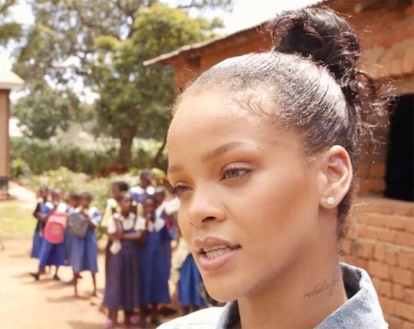 Rihanna no Malaui (Foto: Reprodução Youtube)